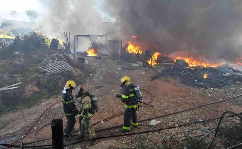 Moradores relatam medo com incêndio em Contagem; fogo está controlado