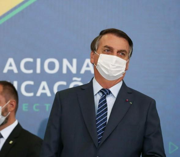 Presidente Bolsonaro avalia baixar um decreto contra isolamento