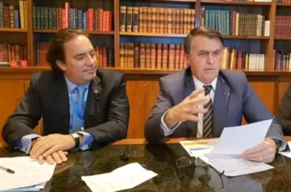 """Bolsonaro volta a criticar Jornal Nacional: """"Prefiro o Chaves"""""""