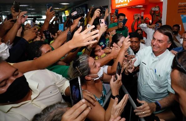 """No """"reduto de Renan"""", Bolsonaro é ovacionado em visita a Alagoas"""
