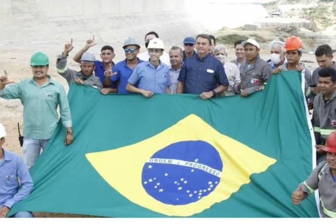 Operários fazem gesto de apoio a Lula em foto com Bolsonaro