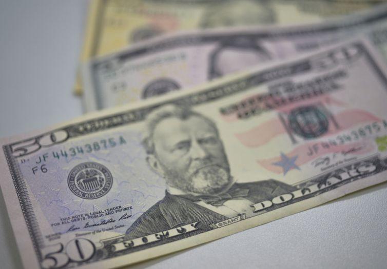 Dólar abre semana em queda à espera da MP da Eletrobras; Ibovespa sobe