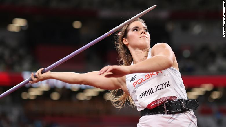 Atleta polonesa leiloa sua medalha olímpica para financiar a cirurgia de um bebê