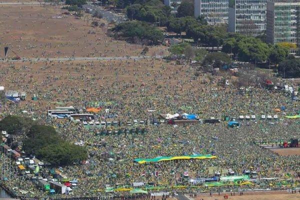 Número atualizado de manifestantes que passaram na Esplanada sobe de 105 mil para 400 mil